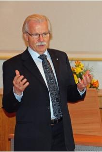 Foto von Johannes Gostomzyk referierend auf einer Tagung