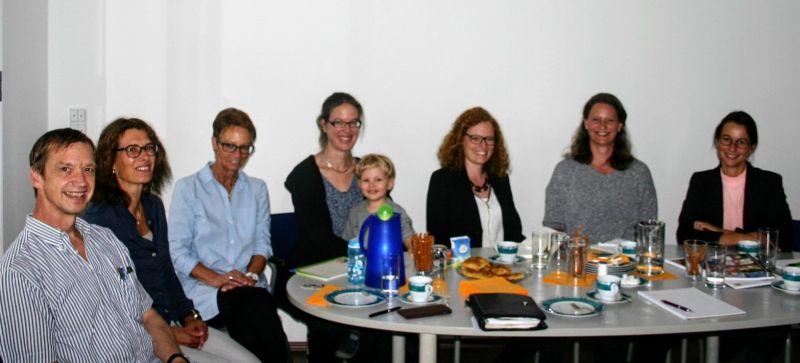 Neue Mitarbeiter der LZG sitzen am Tisch in der neuen Geschäftsstelle