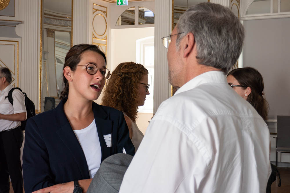 Teilnehmer und Referenten im Gespräch miteinander