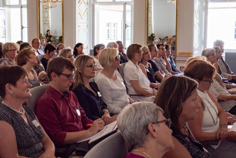 Foto von Plenumssaal mit Teilnehmern des Fachforums