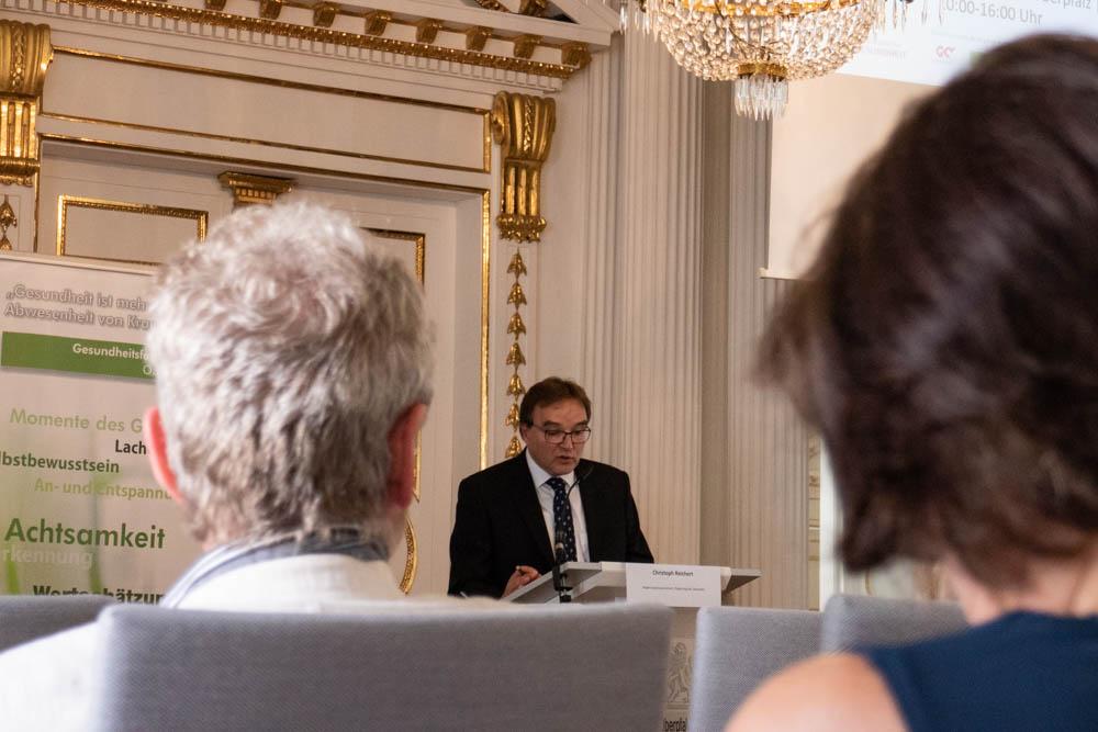 Foto von Vortragssaal mit Teilnehmern des Fachforums