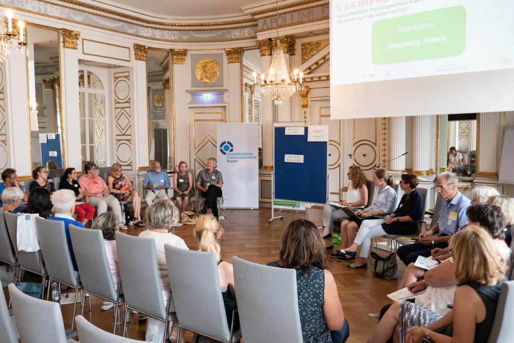 Foto von Referentin und Teilnehmern im Workshop