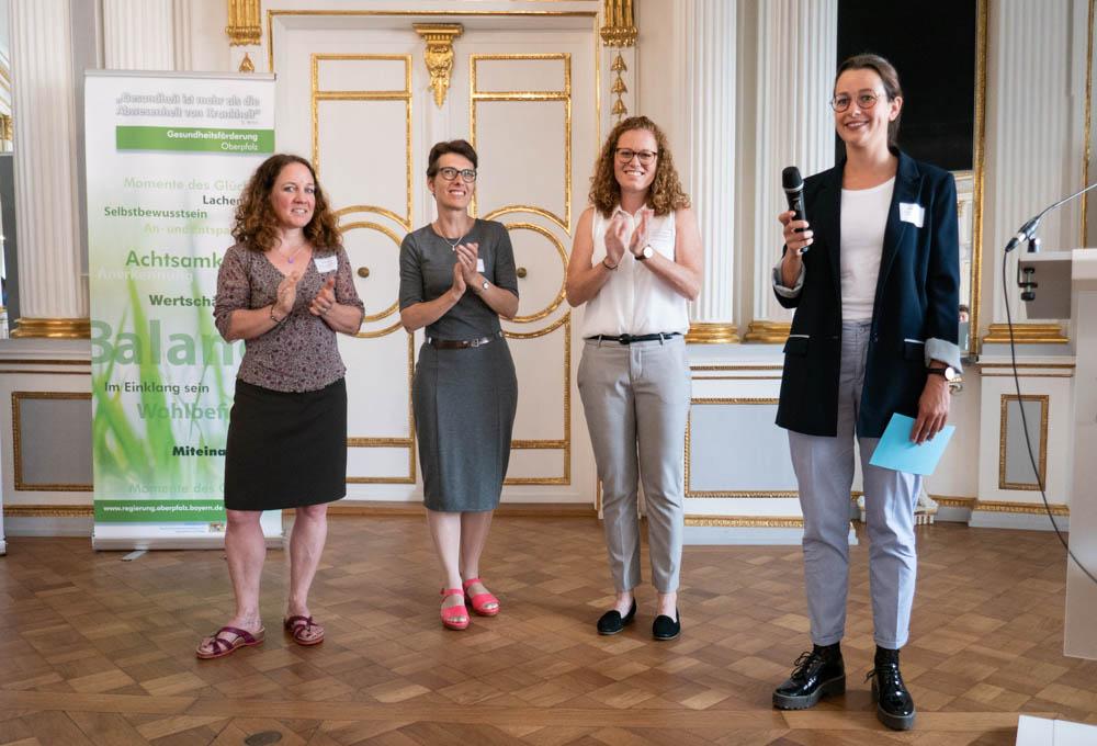 Foto der drei Referentinnen Iris Grimm, Andrea Wolff und Kathrin Steinbeißer mit der Moderatorin Regina Köpf